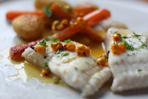 Skindstegt fisk med havtornsauce og gulerødder