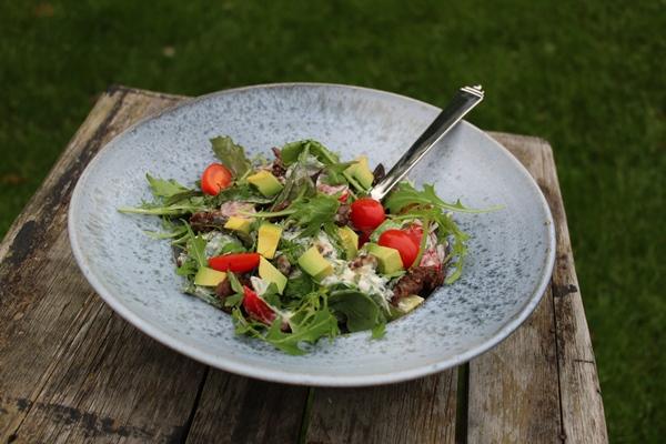 Spicy salat med avocado og kalvekød