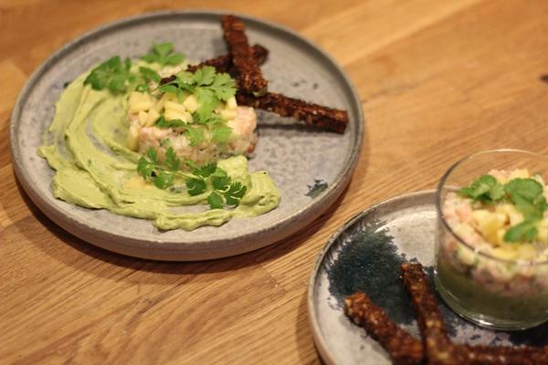 Laksetatar på avocadocreme med rugbrødsstænger
