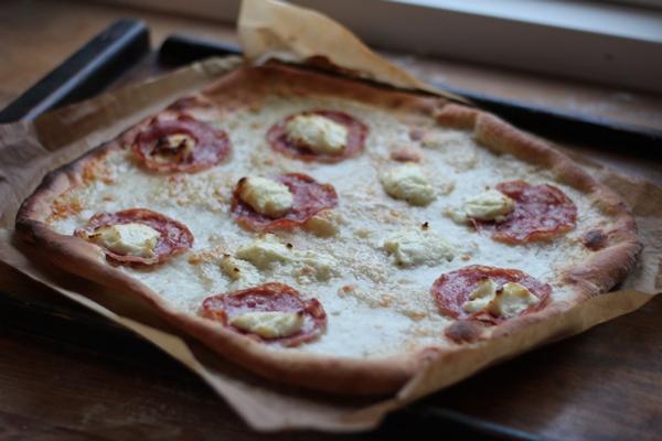 Pizza Bianco con salame e pesto